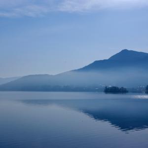 静かな湖畔の