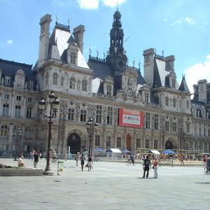 フランス語で市役所が hôtel de ville「市のホテル」と呼ばれるのはなぜ?