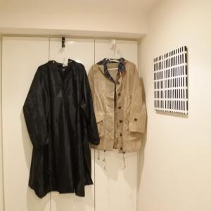 セリアのドアフックでレインコートを干す場所を玄関に。