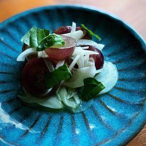 葡萄と玉ねぎのバジルサラダ