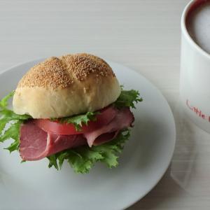 カイザーゼンメルでサンドイッチ、すいかアイス