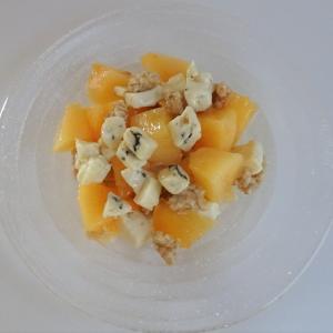 柿とブルーチーズ、グラノーラのサラダ