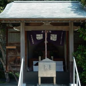 聖天島公園の良真像を安置する祠~江の島~