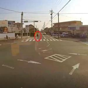 【今月のヒヤリハット動画②】 自転車が乗用車の前を横切る