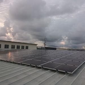 電気の地産地消に貢献しCO2削減。倉庫の屋根にソーラーパネルを設置しました。