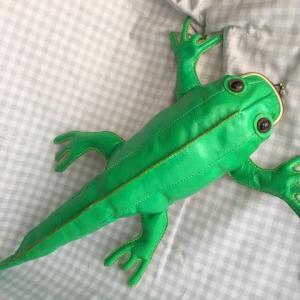 エメラルドグリーンの爬虫類