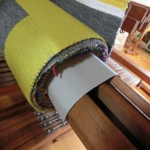 大きな織り機でブランケット