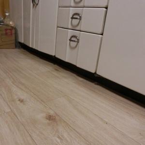 新アトリエ~キッチンの床をはる