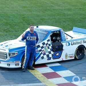 【NASCAR】ハットリ・レーシング、カンザスで今季初優勝。オースティン・ヒルが圧倒
