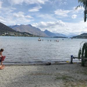 暑いからワカティプ湖で泳ぐ