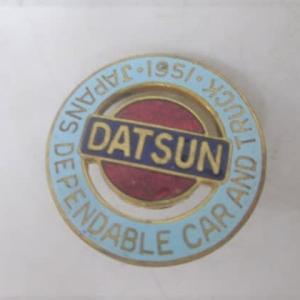 ダットサンの社章 1951年当時の貴重なもので、DATSUN 日産自動車でないのがいいですね。徽章