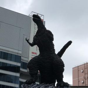 言った先でゴジラの像を発見