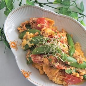 スナップエンドウとトマトとふわふわ卵ツナ炒め