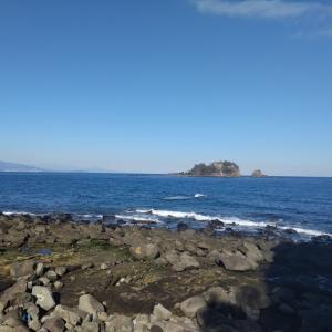 汐吹岩と手石島   波の勢いに驚きます!!