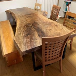 バストゥーンウォールナット一枚板テーブル・けやき一枚板ベンチ納品しました☆