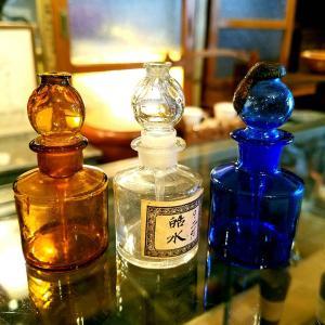 レトロなガラスの点眼器付き目薬瓶