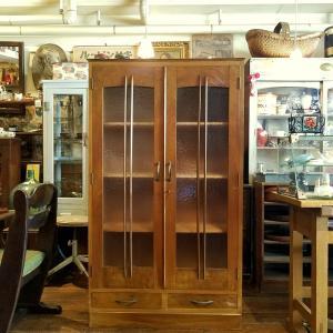 レトロな古ガラスの木製トールキャビネット(ガラスキャビネット)