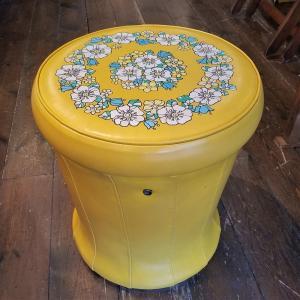レトロポップなドレッサースツール「みゆきの椅子」
