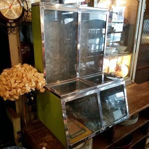 レトロな駄菓子屋/お茶屋のブリキ製ガラスショーケース