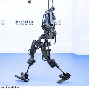 「外骨格」で麻痺患者が再び歩けるように。