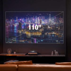 これさえあればテレビ要らず。壁面のほぼ真下から投影する110インチプロジェクター。
