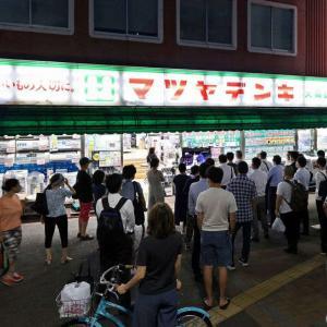 まるで昭和 五輪中継の街頭テレビにくぎ付け SNSで話題に。