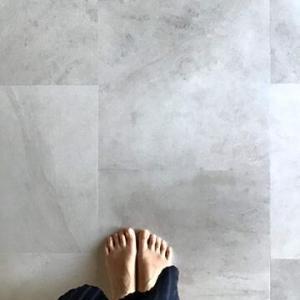 床と私の足