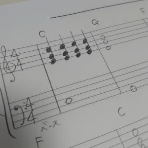 コードを見て、ピアノ伴奏を弾くレッスン♪