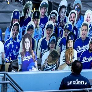 MLB開幕!無観客スタジアムに人や犬猫もいる?!