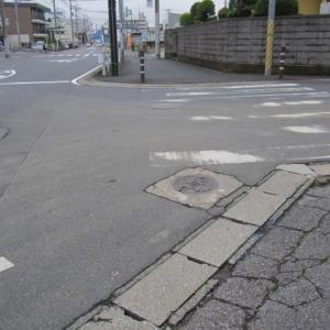 道路上にある一等水準点(10690、千葉市緑区誉田町)