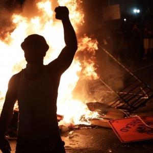 ワシントンDC:ホワイトハウス前の教会に放火 星条旗は燃やされ、特殊閃光弾(flash grenades使用の事態に…黒人暴行死に暴力的抗議