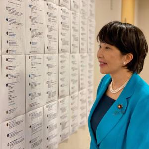 【悲報】高市早苗さん、Twitterの愛国烈士の応援のコメントを壁一面に貼り出して笑顔で眺めている様子を投稿してしまう…(画像あり