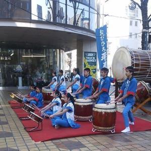 帯広の藤丸デパート前で平原太鼓の生演奏
