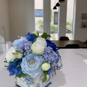 ジュイ柄の花器にブルー系のお花〜new^