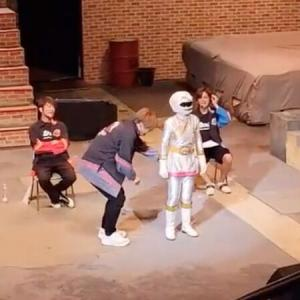 【芸能】純烈リーダー酒井さん、特撮ヒーロー女性のお尻触って炎上 「子どもの前で何してるんだ」