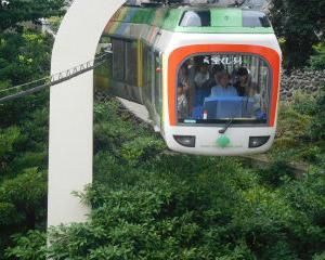 上野動物園モノレール いそっぷ橋から見る 11月から運転休止