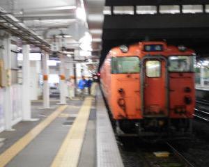 夜の会津若松駅 気動車いろいろ