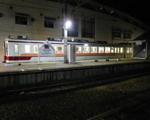 夜の会津田島駅 東武6050系