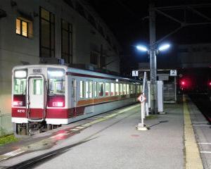 夜の会津田島駅 東武6050系・会津鉄道AT500形