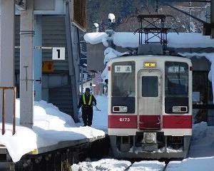 会津田島駅 正面から見た電車