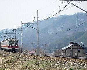 坂を下る東武6050系