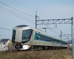 坂を上る東武500系