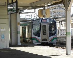 会津若松駅を出るE721系