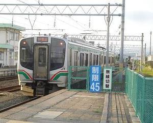 会津若松駅1番線を出るE721系