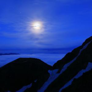 満月と秋田駒ヶ岳