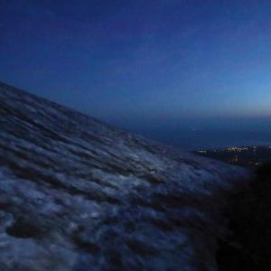 夜明け前の雪渓を登る