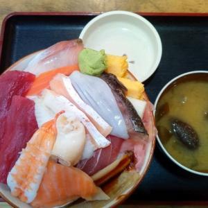 しれとこ食堂の海鮮丼大盛りにからあげ