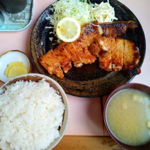 ひかり食堂のロース焼肉定食(上)ライス大盛