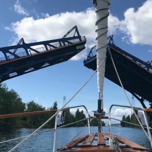 水門と跳ね橋を通る