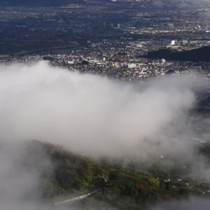 雲海の間に間に垣間見ゆカシオペア